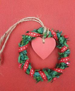 Χριστουγεννιάτικο στεφανάκι με κόκκινη καρδούλα