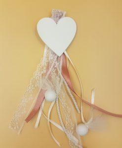 Μπομπονιέρα αρραβώνα κρεμαστή λευκή καρδιά