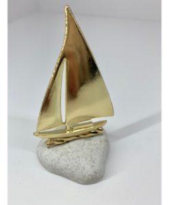 βότσαλο με χρυσό καράβι