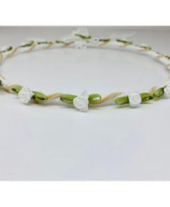 στέφανα λευκά λουλούδια με πρασινάδα